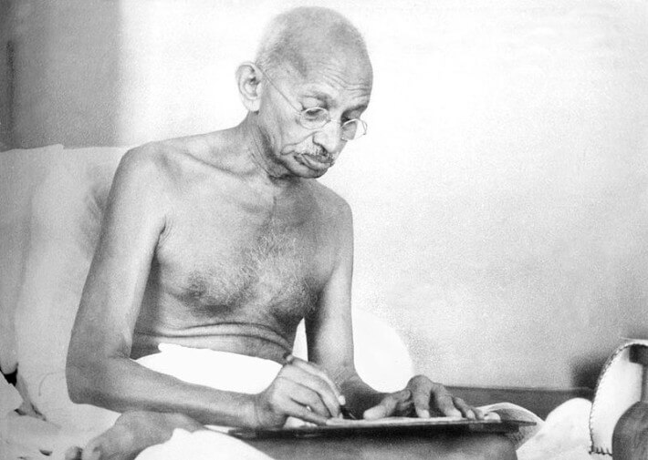 ଲେଖୁଥିବା ଅବସ୍ଥାରେ ଗାନ୍ଧିଜୀ (ଅଗଷ୍ଟ ୧୯୪୨) Gandhiji writing (August 1942)